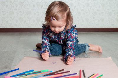 Kleines Mädchen malt