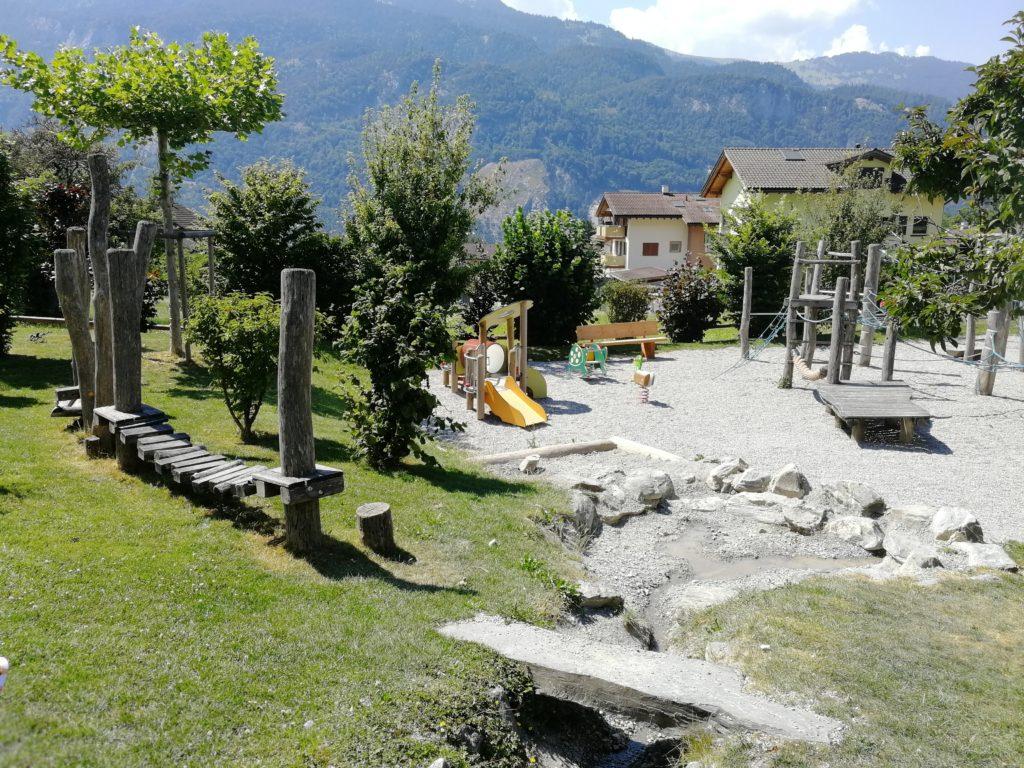 Spielplatz mit Wasser in Graubünden