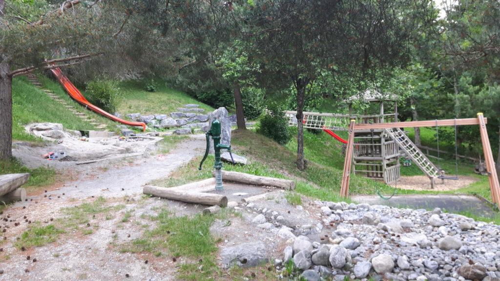 schattiger Spielplatz in Graubünden