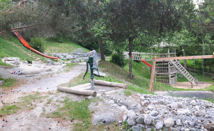 Schattiger Spielplatz in Graubünden – Maladers